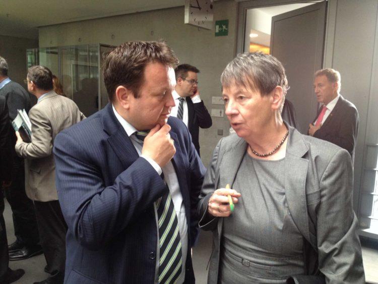 Bau- und Umweltministerin Barbara Hendricks informiert sich in Laupheim über geplante Hallenbadsanierung