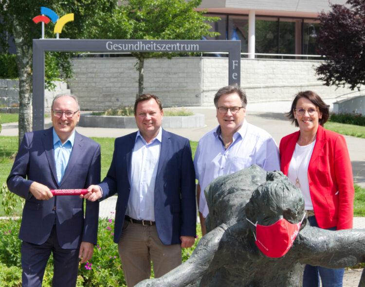 Gesundheitszentrum Federsee übergibt Reha-Zukunftsstaffel an MdB Martin Gerster